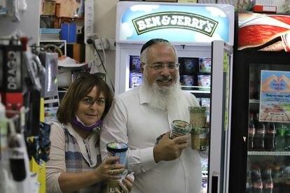 Una pareja de israelies compran helados Ben & Jerry's en el supermercado Turjeman en el asentamiento judio Neve Daniel de Cisjordania