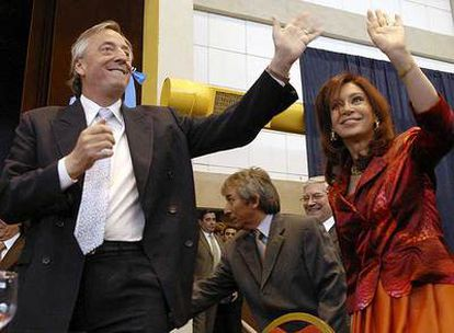 Néstor Kirchner, ex presidente argentino, ayer con su esposa y nueva presidenta, Cristina Fernández.