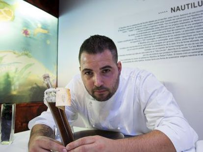 Mauro Barreiro con una botella de 'garum'.