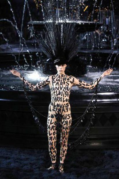 Edie Campbell abre el desfile de Louis Vuitton