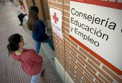 Dos jovenes entran en una oficina de empleo en Alcalá de Henares (Madrid). EFE/Archivo