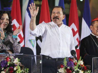 El presidente nicaragüense Daniel Ortega (centro).