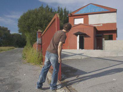 Un hombre se asoma al prostíbulo Queen's, en Lugo, en una foto tomada en 2010.
