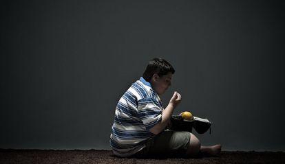 Un niño come su almuerzo.
