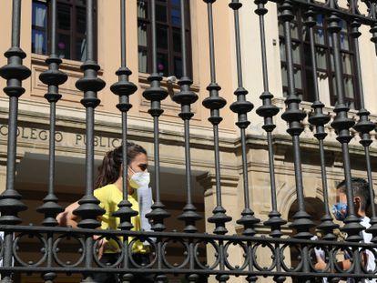 Un niño espera en el colegio a ser recogido por sus padres este lunes en Bilbao. EFE/LUIS TEJIDO