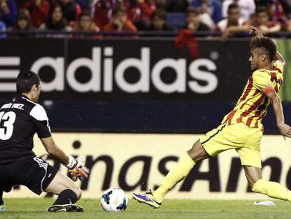 Neymar trata de rematar ante Andrés Fernández.