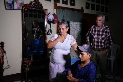 El momento en el que Socorro Leiva acompañada de su esposo José Incer se entera por la televisión de que su hija estaba secuestrada en México.