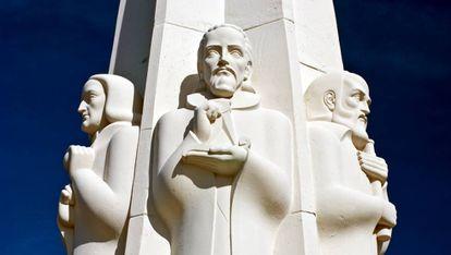 Newton, Kepler y Galilei en el monumento del parque y observatorio Griffith en Los Ángeles, California.