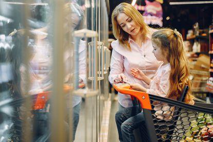 Una madre y una hija verifican la lista de la compra.