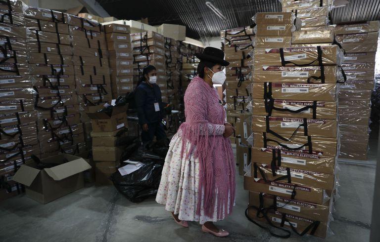 Empleadas supervisan material electoral antes de ser distribuido a centros de votación de La Paz.