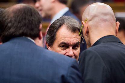 Artur Mas habla con Oriol Junqueras, el líder de Esquerra Republicana (a la izquierda, de espaldas), y con Raül Romeva, cabeza de lista de Junts pel Sí, ayer en el Parlamento de Cataluña.