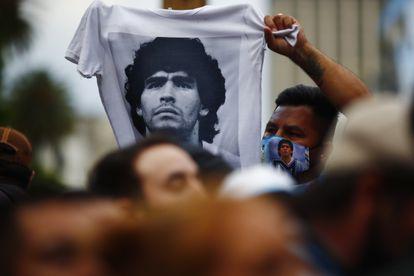 Un hincha con la camiseta de Maradona el día de su muerte.