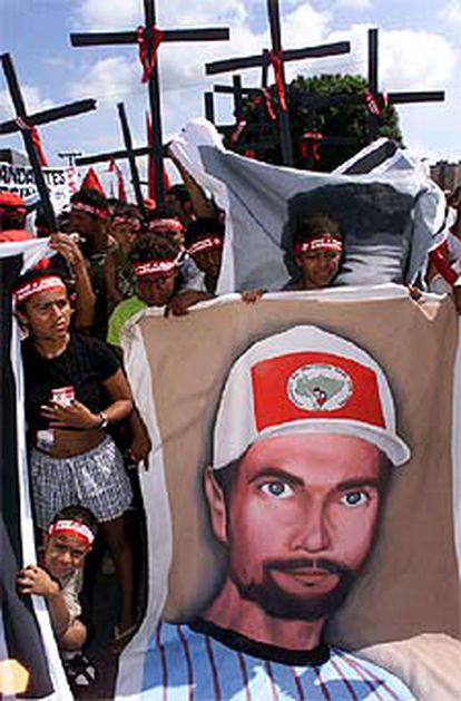 Manifestantes del MST portan el retrato de un compañero asesinado en 1996.