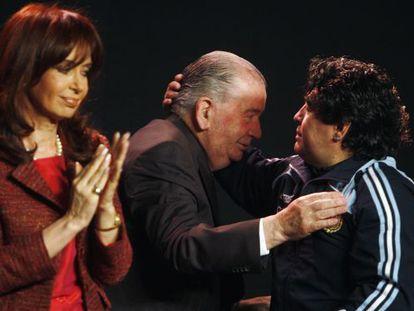 Kirchner, Grondona y Maradona, en un acto de 2009.