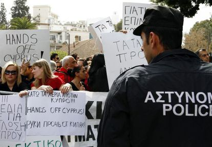 Protestas de los empleados de banca ante el Parlamento.