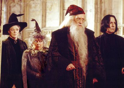 Maggie Smith (Minerva McGonagall), Miriam Margolyes (Pomona Sprout), Richard Harris (Albus Dumbledore) y Alan Rickman (Severus Snape) en 'Harry Potter y la cámara secreta', de 2002.