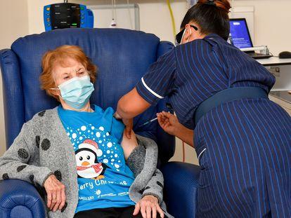 Margaret Keenan, la primera mujer en recibir la vacuna contra la covid-19, este martes.