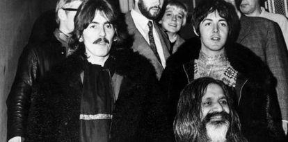 Mahareshi Mahesh Yogi  con George Harrison y Paul McCartney, en 1967.