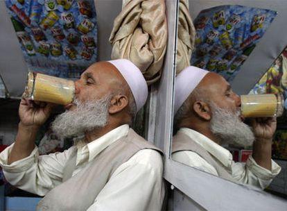 Un afgano bebe un batido en un café de Kabul.