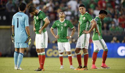 Los jugadores de México tras la derrota con Jamaica