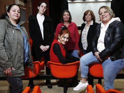 De izquierda a derecha, Nidia Marín Soto,Virginia Márquez, Elizabeth McNally,  Olga Casares y Nini Johanna García rodeando a Elena Cánovas (sentada), en el salón de actos de la cárcel de Alcalá-Meco.