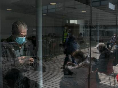 Varios septuagenarios esperan para recibir la vacuna Pfizer en el Parque Tecnológico de Barcelona Activa, el miércoles.