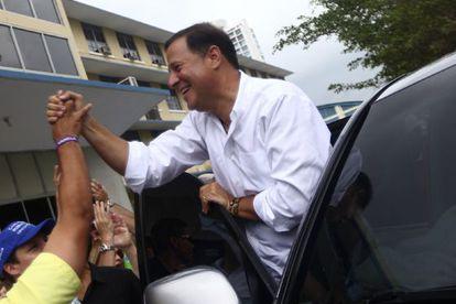El candidato oposutor Juan Carlos Varela saluda a sus simpatizantes