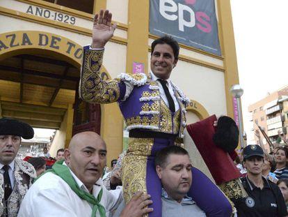 Paquirri sale a hombros al término de la tercera corrida de la Feria Taurina de San Lorenzo.