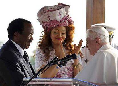 El presidente de Camerún, Paul Biya, y su esposa, Chantal, saludan a Benedicto XVI en Yaundé.