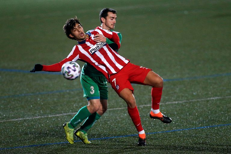 Joao Félix intenta controlar ante Rulo.