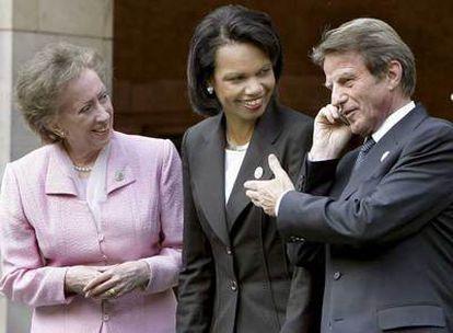 De izquierda a derecha, Margaret Beckett, Condoleezza Rice y Bernard Kouchner, ayer en Potsdam.