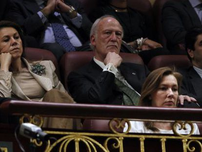 Elvira Fernández y Dolores de Cospedal siguen el debate en la tribuna de invitados.