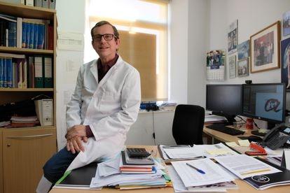 El catedrático de Nutrición Jordi Salas-Salvadó, en su despacho de la Universidad Rovira i Virgili de Reus, el pasado lunes.