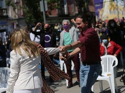 Yolanda Díaz y Pablo Iglesias se saludan durante el mitin celebrado este domingo en Lavapiés (Madrid).