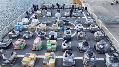 Exposición a la prensa de varios palés con 18,5 toneladas de cocaína decomisada por los guardacostas de EE UU EN 2017.
