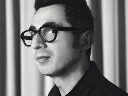 """Berto Romero posa para ICON mirando al objetivo a través de sus gafas de pasta. Atención al detalle: no tienen cristales. Son sus """"gafas de actuar""""."""