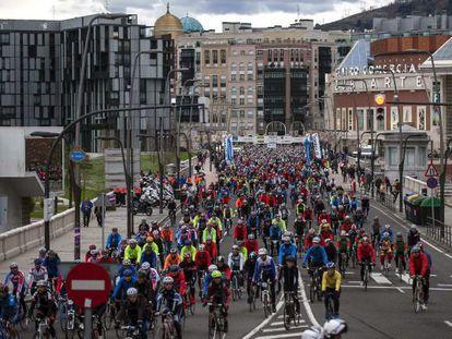 Miles de ciclistas atraviesan la ciudad de Bilbao durante una Vuelta a España.