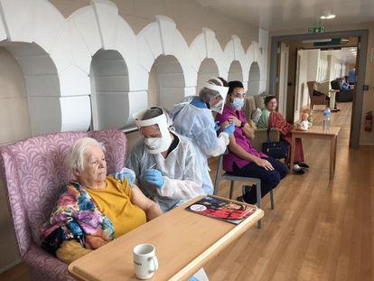 Ancianos de residencias de Gibraltar y trabajadores mientras eran vacunados en el inicio de la campaña en el Peñón