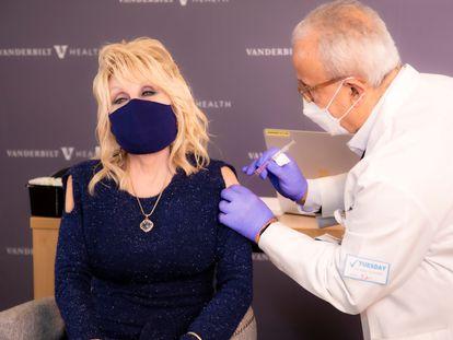 La cantante Dolly Parton recibe la primera dosis de la vacuna Moderna, el martes 2 de marzo.