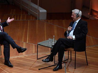 El escritor Mario Vargas Llosa (derecha) y el presidente alemán Frank-Walter Steinmeier, hoy, en Berlín, durante su charla en el festival.