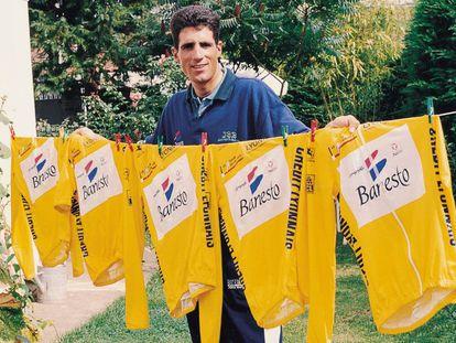 Miguel Indurain posa con sus cinco maillots de ganador del Tour de Francia.