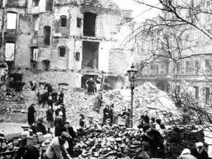 Desescombro de las ruinas de Dresde después del bombardeo, en 1945.