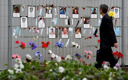 Un hombre observa el memorial a los trabajadores sanitarios fallecidos por coronavirus en San Petersburgo, este lunes.