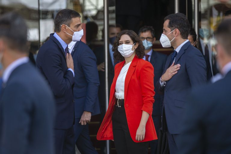 Isabel Díaz Ayuso e Ignacio Aguado se despiden del presidente del Gobierno, Pedro Sánchez, en la Puerta del Sol de Madrid el 21 de septiembre.