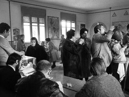 Ambiente en un colegio electoral de Madrid en las elecciones municipales de 1979.