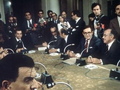 """Los """"Pactos de la Moncloa"""" se firmaron el 25 de octubre de 1977, en Madrid.  De izquierda a derecha: el presidente del Gobierno, Adolfo Suárez,  y también sentados, Fernando Abril Martorell, Francisco Fernández Ordóñez, Ramón Tamames y Santiago Carrillo."""