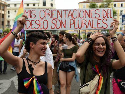 Dos chicas sujetan una pancarta durante la manifestación del Orgullo 2016 en Madrid.
