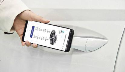 El móvil no solo permite abrir y arrancar algunos coches: también controlar la climatización o manejar las luces, entre otros.