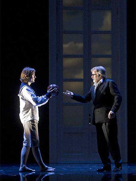 Uli Kirsch (Tadzio) -a la izquierda- y Hans Schöpflin (Gustav von Aschenbach), en la ópera <i>Muerte en Venecia, </i>de Benjamin Britten.