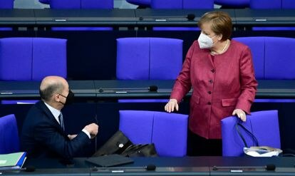 La canciller, Angela Merkel, conversa con el ministro de Finanzas, Olaf Scholz, en el Bundestag, la semana pasada.
